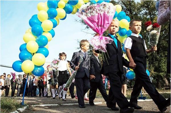 Vào ngày đầu tiên của năm học tạiUkraine, các học sinhmặc đồng phục, mang theo hoa và rung một chiếcchuông nhỏ và tặng hoa cho giáo viên đánh dấu năm học mới đã bắt đầu.