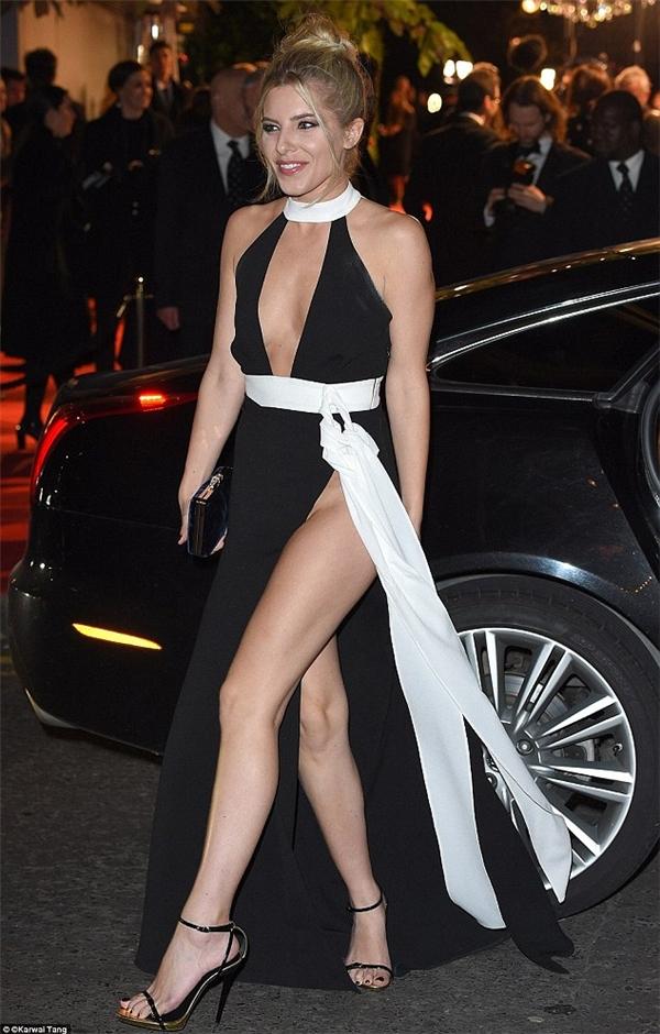 """Ca sĩMollie King diện bộ đầm xẻ tà """"nguy hiểm""""bất chấp nhiệt độ ngoài trời đang giá rét tại Lễ vinh danh giải thưởng thời trang Anh vào tháng 11 năm 2015."""