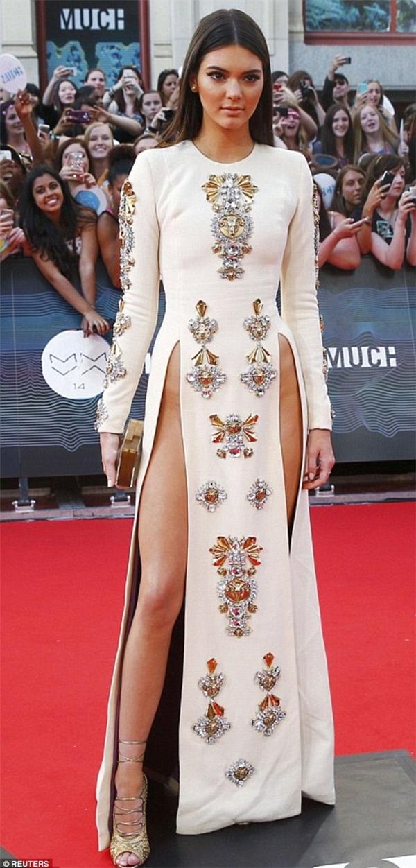 Kendall Jenner là một trong những ngôi sao đầu tiên lăng xê xu hướng thời trang táo bạo này tạiLễ traogiải thưởng video âm nhạc ởToronto vào tháng 6 năm 2014.