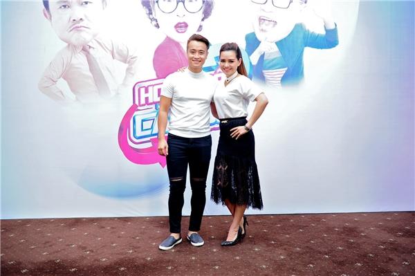 Vợ chồng diễn viên, ca sĩ Hiền Trang – Huy Hồ mặc đồ đôi đến dự họp báo. Hiền Trang từng được biết đến khi góp mặt trong phim Cổng Mặt Trời của đạo diễn Nguyễn Dương. Hiện vợ chồng cô vừa đóng phim, vừa đi hát và hạnh phúc với một cô công chúa nhỏ.