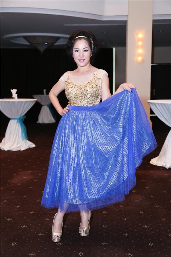Xuất hiệnsớm nhất tại buổi ra mắt Hoán Đổi Cặp Đôi, nữ giám khảo Thúy Ngakhoe vẻ nữ tính, quyến rũ với váy xòe xanh dương, áo xẻ ngực sâu và tóc búi cao gợi cảm.