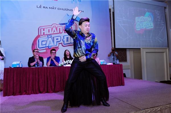 Cũng tại sự kiện, nghệ sĩ Chí Tài đãkhiến khán giả cười ngất khi mặc váy, nhảy sung trên giày cao gót 9 phân. Tiết mục này là một trong nhiều thử thách mà các nghệ sĩ tham gia chương trình phải vượt qua để giành điểm cao cho đội của mình.