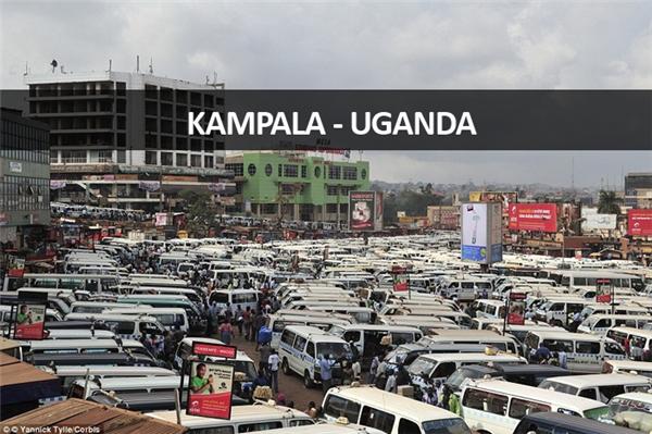 Tại khu vực Old Taxi Park ở Kampala, Uganda, xe buýt đủ mọi tuyến thả và đón khách bất kể chỗ nào họ có thể chen vào được.