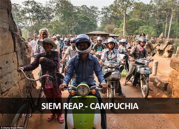 Kẹt xe ở Campuchia thì hơi giống ở Việt Nam, với đủ các thể loại xe và người cùng lưu thông trên một tuyến đường.