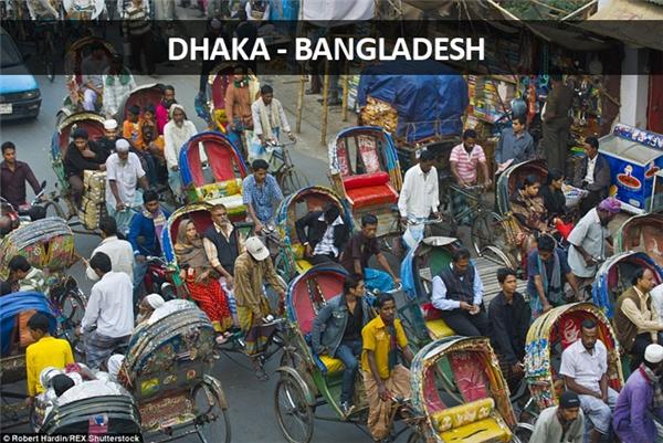 Ở Dhaka, Bangladesh, thì người ta kẹt xe xích lô, đến nỗi nhảy xuống xe đi bộ còn nhanh hơn.