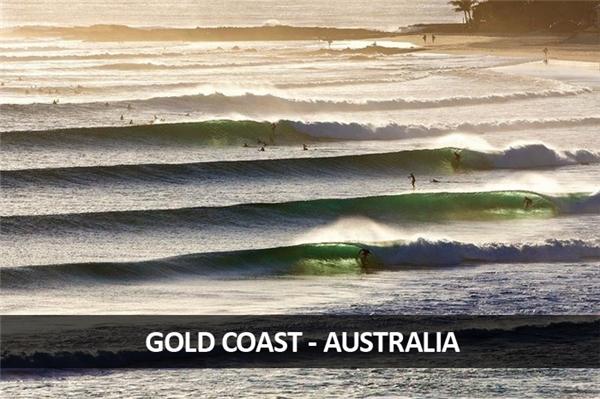 Giờ cao điểm lướt sóng tại Snapper Rocks, Gold Coast, Australia.