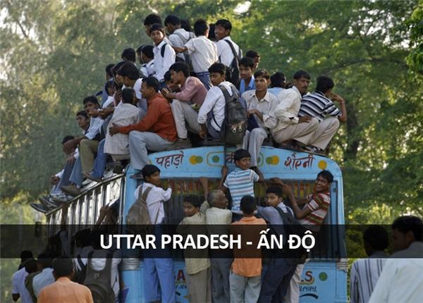 Một chuyến xe buýt ở Uttar Pradesh giờ tan học.