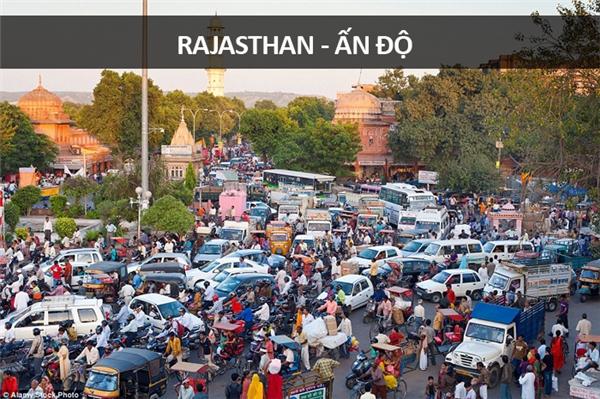 Một con đường ở thành phố Jaipur, Rajasthan, Ấn Độ, vào giờ tan tầm, không ai biết đâu là đường đi đâu là vỉa hè.