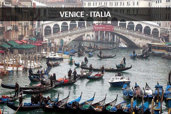 Kênh đào Grand Canal ở Venice cũng rơi vào tình trạng kẹt cứng vì quá đông thuyền chở khách du lịch đi ngao du sơn thủy.