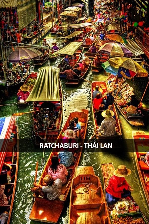 Kẹt ghe tại khu chợ nổi Damnoen Saduak ở Ratchaburi, Thái Lan.