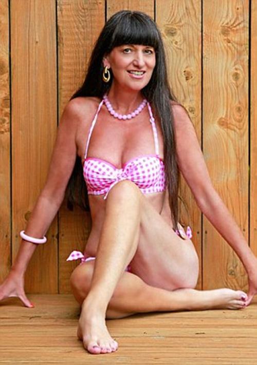 Bạn sẽ sốc khi biết tuổi thật người phụ nữ có thân hình nóng bỏng này