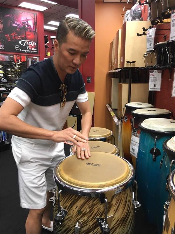 Trong buổi shopping, Mr Đàm trải nghiệm rất nhiều các nhạc cụ khác nhau, đặc biệt, anh rất hào hứng khi thử chiếc micro với âm thanh mình rất ưng ý. - Tin sao Viet - Tin tuc sao Viet - Scandal sao Viet - Tin tuc cua Sao - Tin cua Sao
