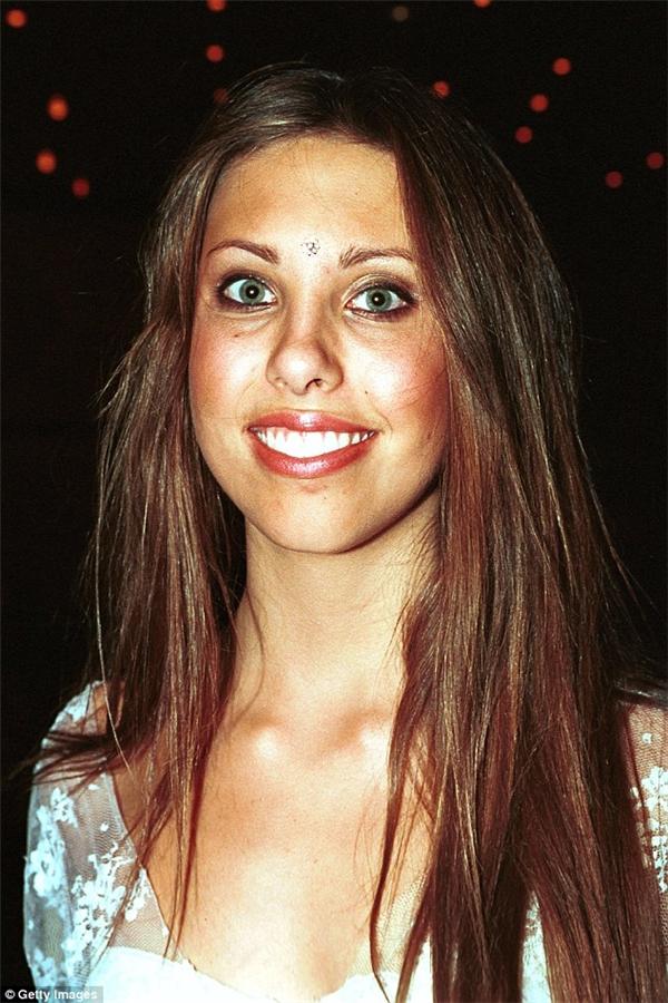 Năm 2002, Chloe 16 tuổi tràn đầy năng lượng với gương mặtxinh đẹp tự nhiên.