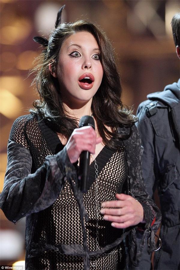 Đôi môi cô nàng trông khác lạhơn trongbuổi ghi hình trực tiếp của Rock The Cradle tại CBS Studio Center vào ngày 24 tháng 4 năm 2008, làm dấy lên nghi vấn cô nàng đã bơm môi.