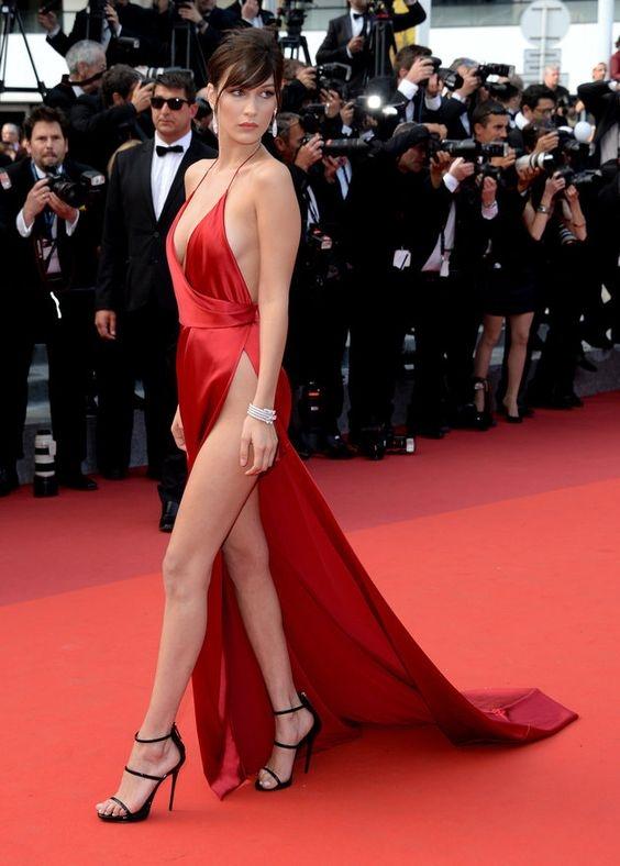 """Lượt người theo dõiBella Hadid tăng vọt sau khi cô """"vô tình"""" để lộ những khoảng hở """"nguy hiểm"""" tại Liên hoan phim Cannes năm nay."""