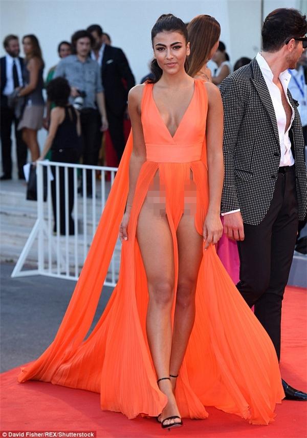 Người mẫuGiulia Salemi khoe đường cong nóng bỏng của mình với chiếc đầm xẻ cao lên tới bụng tại buổi ra mắtThe Young Pope -series truyền hình về nhân vật hư cấu Giáo hoàng Piô XIII tại Venice.