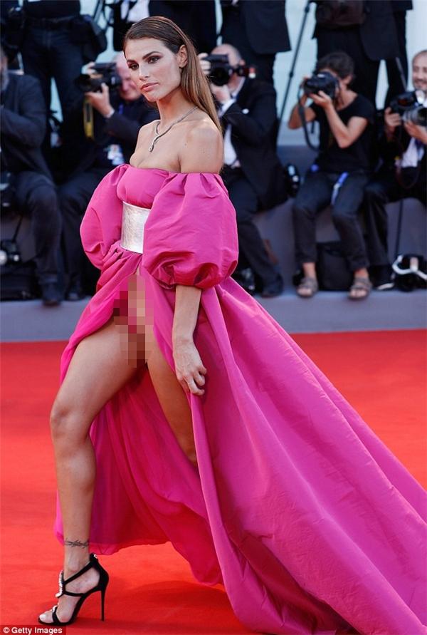 """Người mẫu BrazilDayane Mello đốt mắt người nhìnvớibộ cánh """"hở bạo"""" tương tựtại thảm đỏ Venice."""