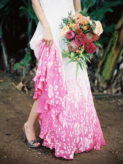 Nếu không thích dip dye một màu nhằm chán thì bạn có thể chọn cách in hoa văn lên váy cho thêm phần độc đáo.