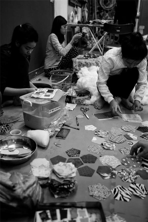 Xưởng làm việc củangười khuyết tậtđược UBND quận Hà Đông - Hà Nộicho thuê lạivới giá ưu đãi. Công nhân được ăn ngủ tại đây trong điều kiệnkhang trang, sạch sẽ. Nguyên liệu sản xuất của xưởngchủ yếu bằngvải thừa, vảivụn nên cũng thu hút đượcnhiềuđơn vị sản xuất lớn hỗ trợ.