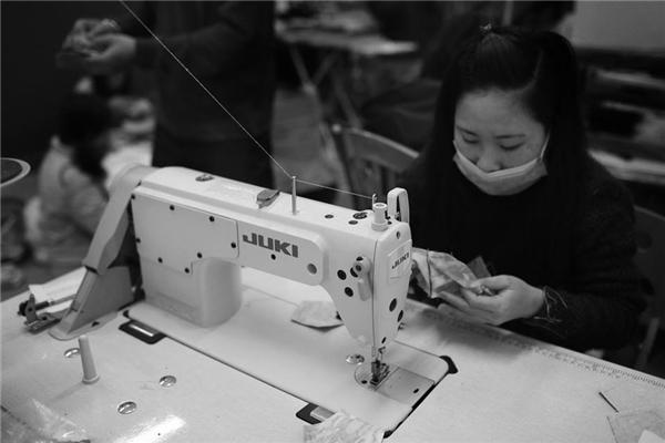 90% khâu sản xuất được làm bằng tay. Ngoài duy nhấtcông đoạn may ráp được máy móc hỗ trợ, còn lại hầu hết sản phẩmđược thực hiệnthủ công,từ khâu vá cho đến nhồi bông. Vì kỹ lưỡng như vậynên đểhoàn thành mộtsản phẩm, một người phảimất khá nhiều thời gian.