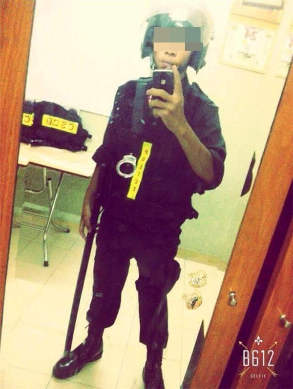 H.Đ.Ctrong bộ đồ cảnh sát cơ động với cả còng tay, mũ và gậy quân chủng.