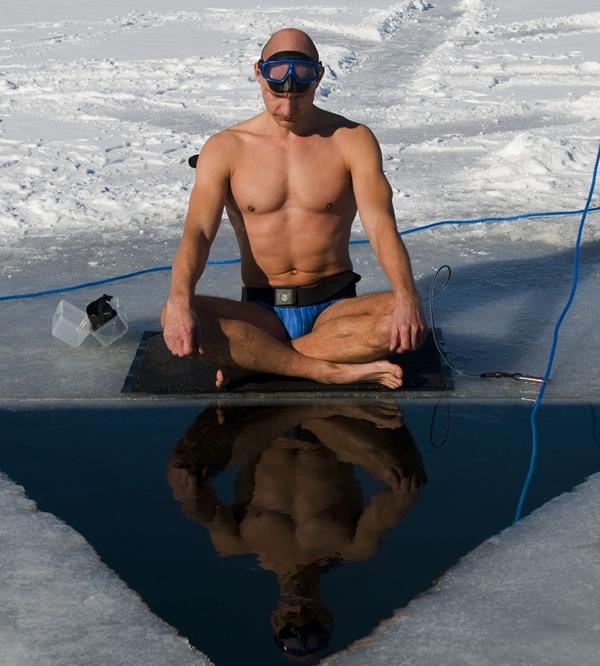 Dù thời tiết khắc nghiệt nhưng không gì có thể ngăn người cá Stig Severinsen xuống biển đi bơi.