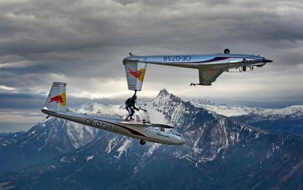 Màn di chuyển giữa 2 máy bay của Paul Steiner khiến người xem choáng váng.