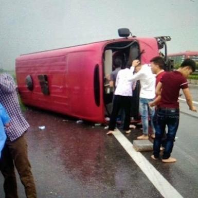 Chiếc xe 29 chỗ bị lật không rõ nguyên nhân