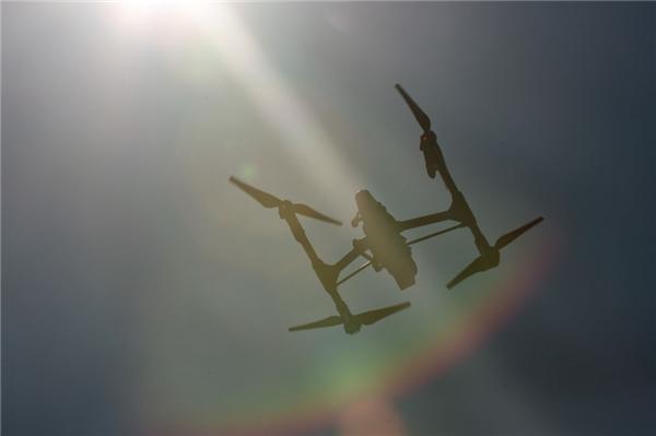 #1 Lái trực thăng điều khiển từ xa. (Ảnh: Internet)