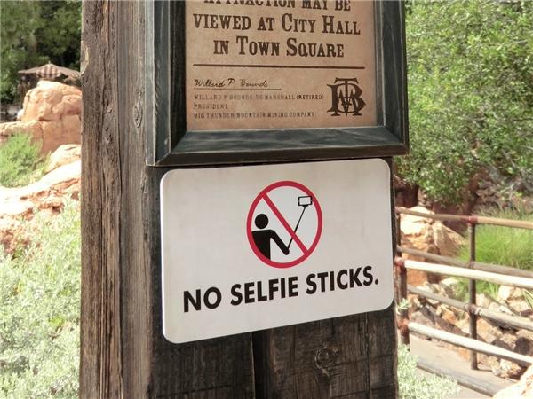#14 Gậy tự sướng. Ngay cả việc quay video khi đang chơi tàu lượn siêu tốc cũng bị cấm nhé. (Ảnh: Internet)