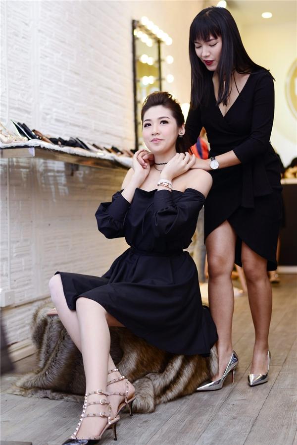 Trong sự kiện, Tú Anh thân thiết với hot girl Châu Bùi - Tin sao Viet - Tin tuc sao Viet - Scandal sao Viet - Tin tuc cua Sao - Tin cua Sao