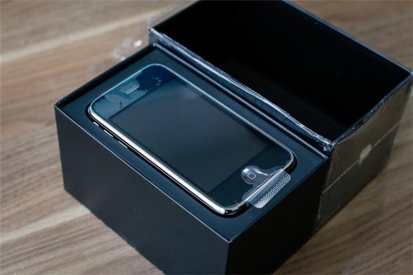 Khui hộp, máy khá dày và nặng. (Ảnh: internet)
