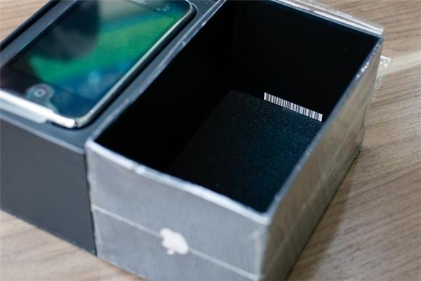 Bên dưới đáy hộp có lót 1 lớp đệm để chống va đập. (Ảnh: internet)