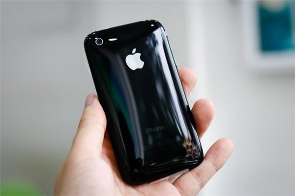 iPhone 3G dùng vỏ nhựa thay vì vỏ kim loại như iPhone 2G. (Ảnh: internet)