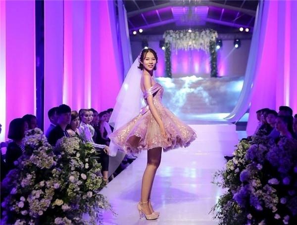 Trong tập 5, 6, dù đội Hồ Ngọc Hà không giành chiến thắng nhưng Phí Phương Anh vẫn được khen ngợi hết lời như một ngôi sao sáng bởi kĩ năng catwalk chuyên nghiệp, thu hút.