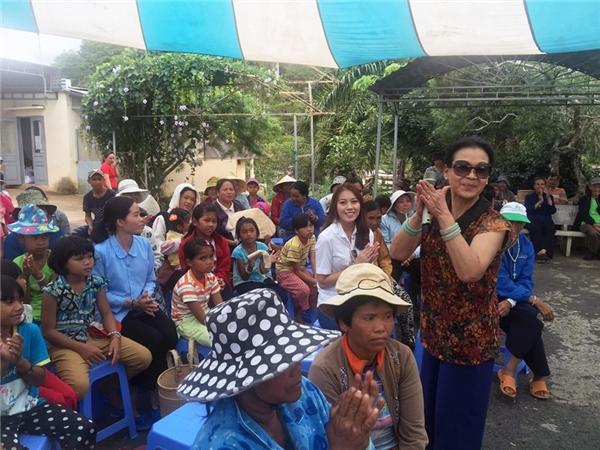 Cũng tại đây, Thúy Hằng cùng danh ca Khánh Ly, ca sĩ Quang Thành đã hát tặng các bệnh nhân ca khúc Ba ngọn nến lung linh.