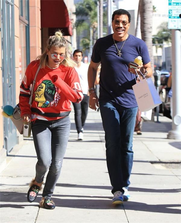 Bố con Lionel - Sofia Richie xuất hiện ở Beverly Hills cuối tuần trước.