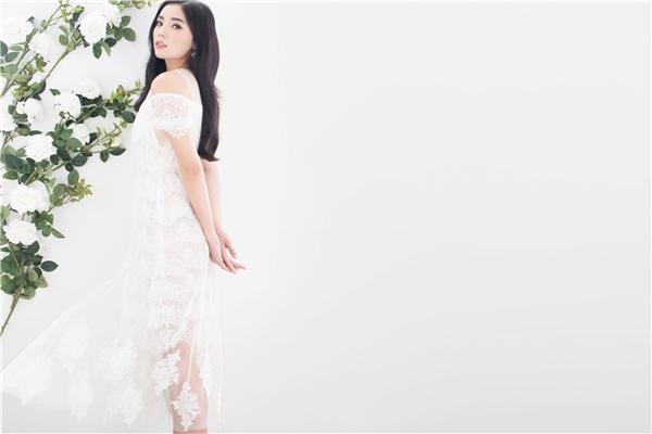 Thân người mảnh mai của Hoa hậu Việt Nam 2014 càng trở nên thanh thoát, rạng ngời trong thiết kế trên nền chất liệu ren mỏng tang. Lớp voan lưới phủ nhẹ bên ngoài tạo cảm giác hư vô, nhẹ nhàng cho thiết kế.