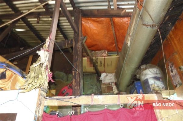 Mùa nắng nóng thìoi bức, đến mùa mưa thì máng xối tràn nước làm dột căn nhà.