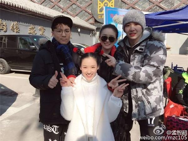 Mạnh Trí Siêu (trái) gần như trở thành gương mặt lạ trong ngành điện ảnh. Ảnh: Weibo.