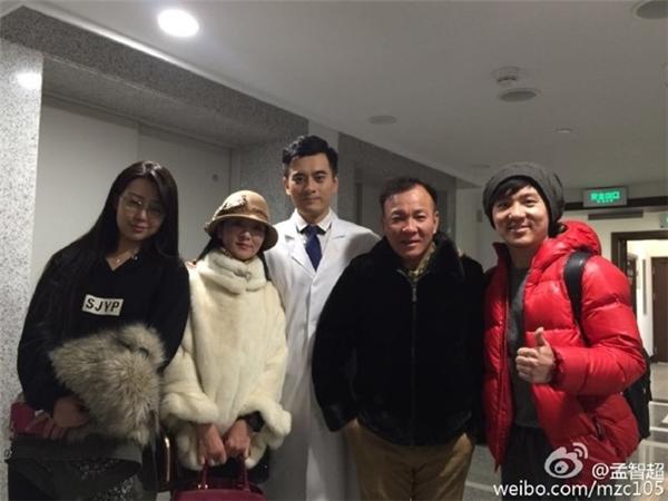 Mạnh Trí Siêu (ngoài cùng bên phải) vui vẻ chia sẻ ảnh chụp cùng nam diễn viên Trần Long (áo trắng ở giữa). Ảnh: Sina.