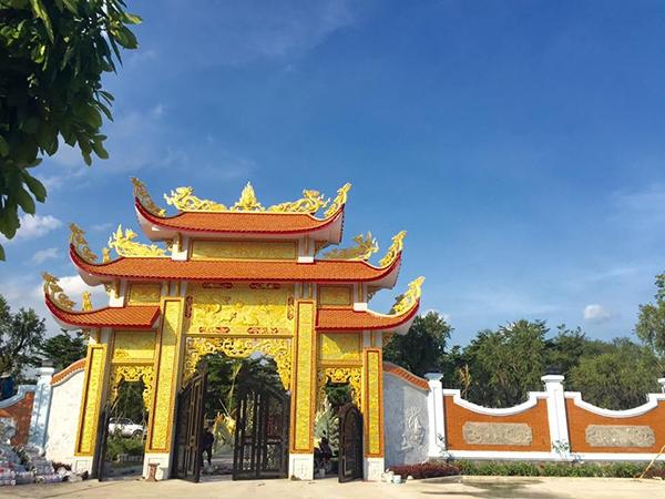 Cổng vào nhà thờ được hoàn thiện với màu sơn vàng rực, điện thờ bên trong đã xây dựng xong, chỉ cần làm xong phần sân và sửa sang một vài chi tiết. - Tin sao Viet - Tin tuc sao Viet - Scandal sao Viet - Tin tuc cua Sao - Tin cua Sao