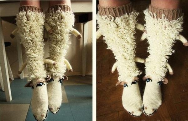 Tất hình cừu trông khá đáng yêu, lạ mắt nhưng kết hợp sao với trang phục thì quả là không dễ dàng.