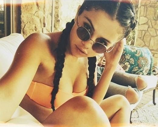 Không sở hữu vòng 1 khủng, Selena vẫn quyến rũ vô cùng khi diện bikini