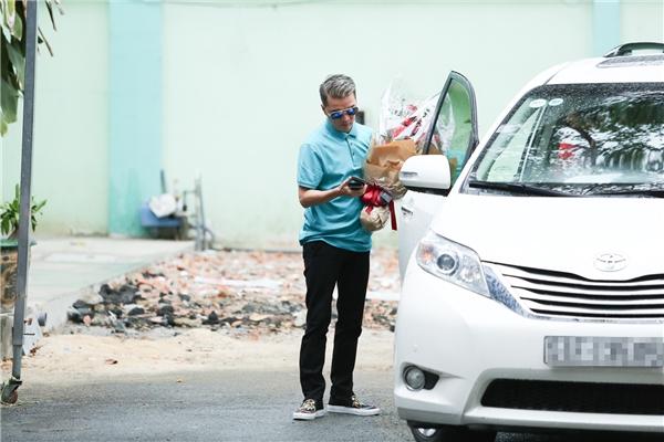 Ngay khi lên xe, Đàm Vĩnh Hưng đã được tài xế chở thẳng đến bệnh viện Phạm Ngọc Thạch để thăm Minh Thuận. - Tin sao Viet - Tin tuc sao Viet - Scandal sao Viet - Tin tuc cua Sao - Tin cua Sao