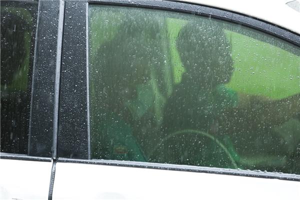 Sau khi thăm Minh Thuận, Đàm Vĩnh Hưng nhanh chóng di chuyển ra xe. - Tin sao Viet - Tin tuc sao Viet - Scandal sao Viet - Tin tuc cua Sao - Tin cua Sao