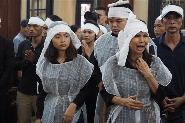 Vợ NSƯT Hán Văn Tình khônggiữ nổi cảm xúc, thét lên đau xótkhi thi hài ông được đưa vào phòng tang lễ - Tin sao Viet - Tin tuc sao Viet - Scandal sao Viet - Tin tuc cua Sao - Tin cua Sao