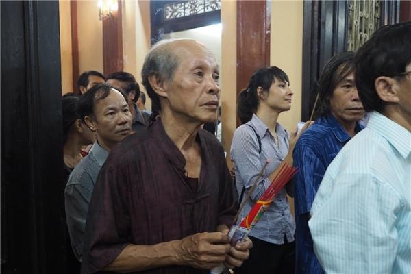 Nghệ sĩ, diễn viên Văn Toản cùng đoàn kịch nói vào dâng hương - Tin sao Viet - Tin tuc sao Viet - Scandal sao Viet - Tin tuc cua Sao - Tin cua Sao