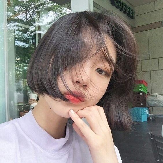 Với kiểu tóc ngắn ngang má, bạn gái sẽ thêm phần cá tính nhưng cũng không đánh mất vẻ điệu đà nữ tính với các lọn tóc được uốn lọn công phu.