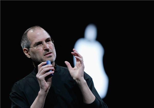 11 năm sau khi bị đuổi việc, Steve Jobs chính thức quay lại Apple với chức vụ tổnggiám đốc điều hành.